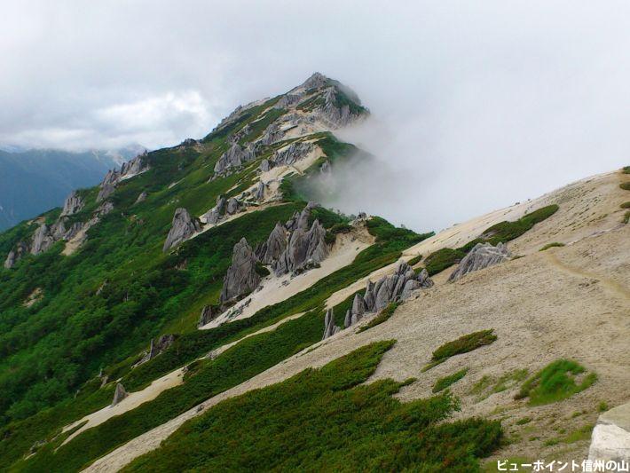 燕山荘から望む燕岳